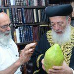 מעניק אתרוג ענק לראשון לציון הרב שלמה משה עמאר